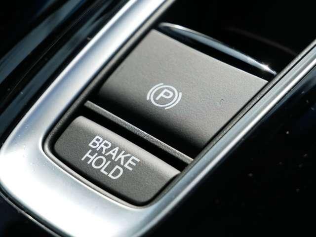 【オートブレーキホールド機能】ブレーキペダルから足を離しても停車状態を保持します。