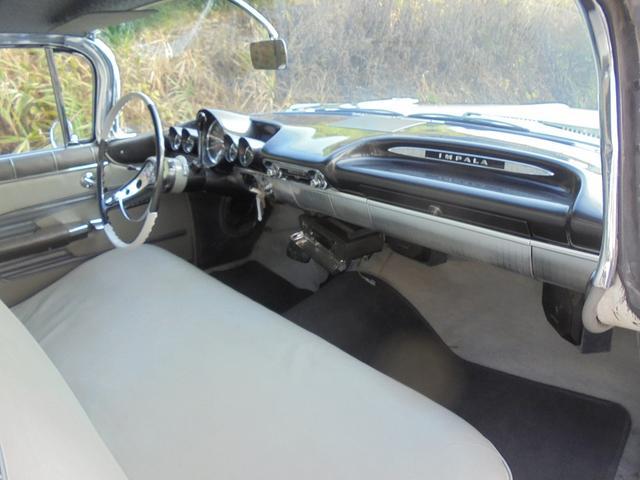 シボレー シボレー インパラ 1959年モデル 4ドア V8 5700cc ベンチシート
