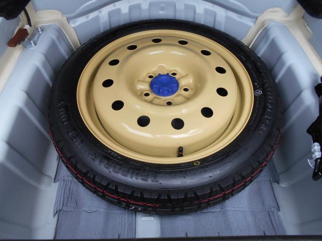 スペアタイヤです。最近はパンク修理キットが多いので、安心できる装備となります。