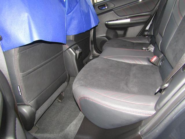 後席の足元も広く、ゆったりとくつろげます(^^)後席にも快適なドライブを提供するリヤシートセンターアームレスト搭載☆