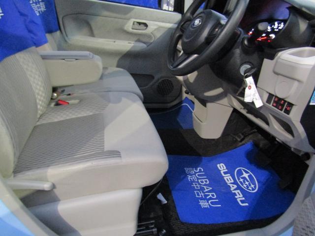 足元の広い前席はドライバーに最適なドライビングポジションを提供するだけでなく、左右席間と肩周りにも十分なゆとりを確保しています☆