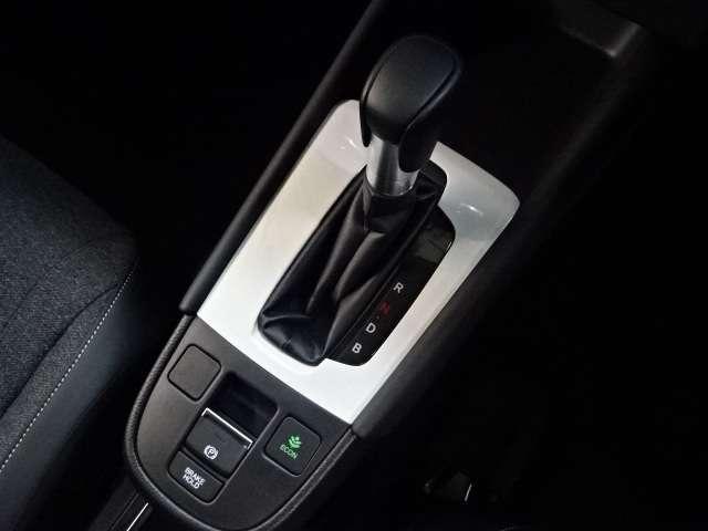 e:HEVホーム 当社デモカー ナビ リヤカメラ LED クルコン スマートキー アイドリングストップ 衝突被害軽減ブレーキ ワンオーナー LEDヘッドライト Rカメラ オートエアコン キーレス 地デジ CD ETC(10枚目)