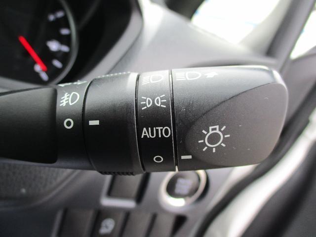 【オートライト】トンネルなど周りが暗くなったら自動で点灯、明るくなれば自動で消灯してくれる安全機能です。