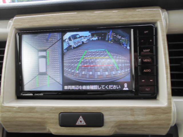 クルマの前後左右4か所にカメラを設置し、クルマを真上から見たような俯瞰(ふかん)映像を大画面モニターに映し出します。縦列駐車や左右の見通しが悪い場所からの発進時などの運転をサポートしてくれます。