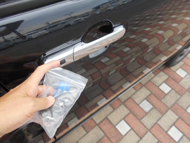 携帯キーを持っておくだけで、ドアノブについてあるボタンを押すだけでドアの施錠が可能です。雨の時や荷物が多くて両手がふさがっていても、キーをポケットやかばんに入れたままで出来ます。
