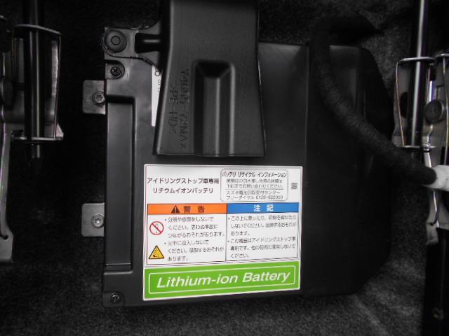 減速時のエネルギーを利用してモーターで発電し、鉛バッテリーとリチウムイオンバッテリーに充電します。また、加速時にモーターでエンジンをアシストして燃費の向上を実現しています。エンジン再始動時もとても静か
