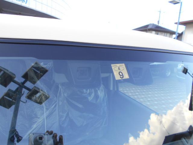 2つのカメラを搭載したステレオカメラ方式。左右のカメラが対象との距離や形を捉え、歩行者や車を認識。カメラで捉えたさまざまな情報をもとに警報やブレーキ機能で衝突回避をサポートする先進の安全技術です。
