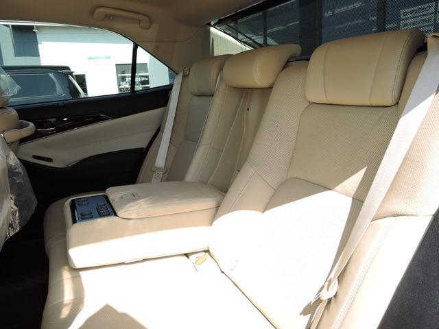 ロイヤルサルーンG オートライト 衝突軽減ブレーキ クルーズコントロール LEDライト フォグライト フルセグTV DVD再生 Bluetooth ETC バックカメラ プッシュスタート Pシート エアシート 本革シート(7枚目)