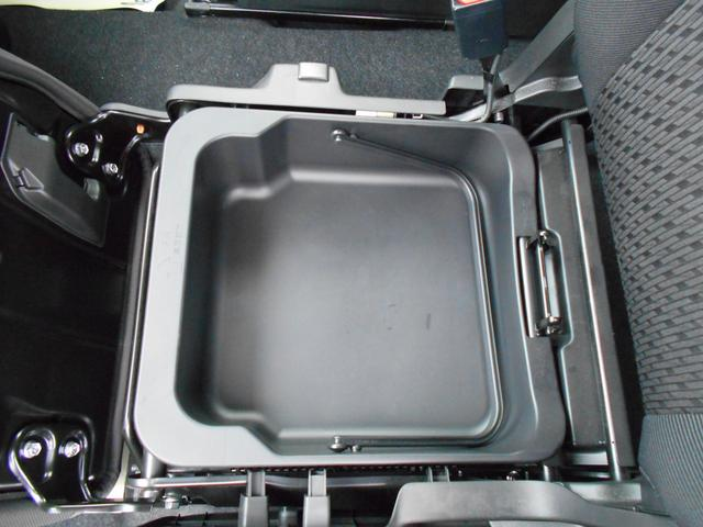 助手席下には取り外し可能な収納ボックス付き!取り外して水洗いもできるので靴なども収納できます。
