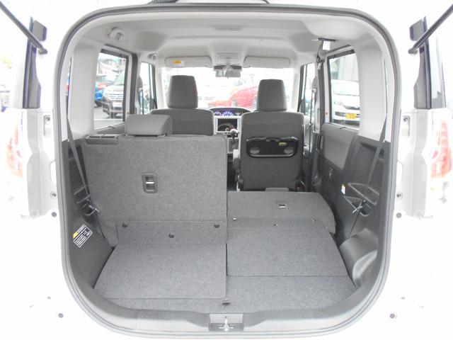 リヤシートは左右分割式。片方だけ倒して長いものを積んだり、左右両方とも倒して大きな荷室としてお使いいただくことも可能です。