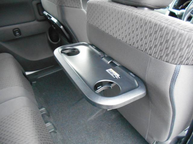 後ろの席に乗る方必見!ちょっと食事をとりたいときに便利なパーソナルテーブル付き!運転席・助手席両方の後ろに付いているのでとても便利です。