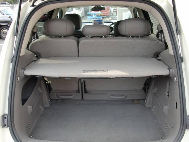 リアボード2段階で設置可能でセカンドシートは左右分割格納式でたたむと広いカーゴスペースになります