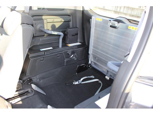 リヤシートを最前部までスライドさせたときの車いすの方のスペースです。
