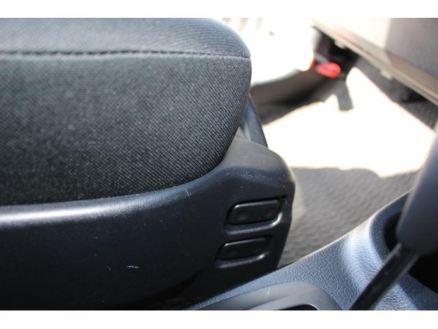 助手席の前後スライドと背もたれのリクライニングのスイッチは、シートの右側にも付いています。