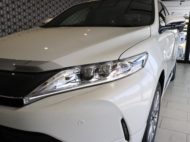 切れ長でシャープな外形の中に、一列に配した3眼の輝きが精悍な印象を与えるLEDヘッドランプ☆そして、LEDシーケンシャルターンランプを採用☆右左折時に車内内側から外側へ流れるように点灯します♪