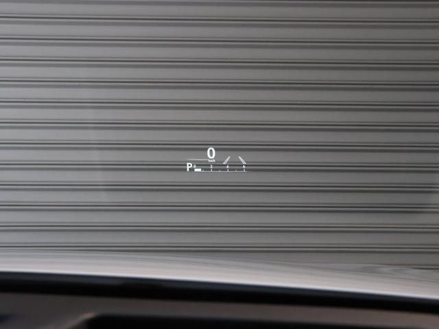 ヘッドアップディスプレイ・ドライバーの視線の先に運転に必要な情報を写しだします☆シフトインジケーター、車速、交差点前の右折・直進レーン情報などのほかに簡易ナビゲーションを表示します☆
