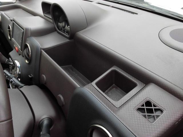 運転席アッパートレイ・小物入れにはすぐ使いたい物などを置くことが可能です。