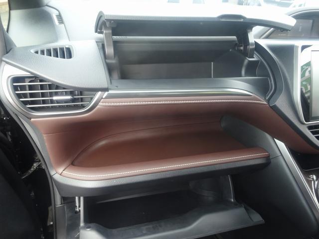 助手席前にはグローボックス・アッパーボックスがあり収納に役立ちます。