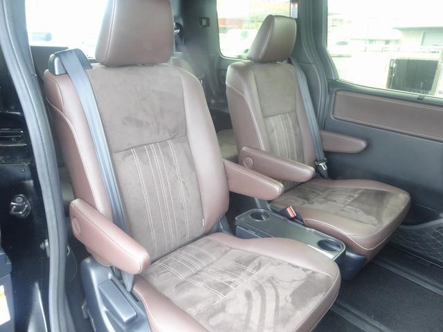 セカンドシートには左右にアームレストがあり、中央には可倒式テーブルがあります。