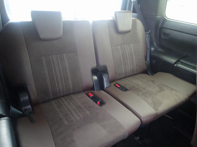 サードシート横にもカップホルダーがあります。