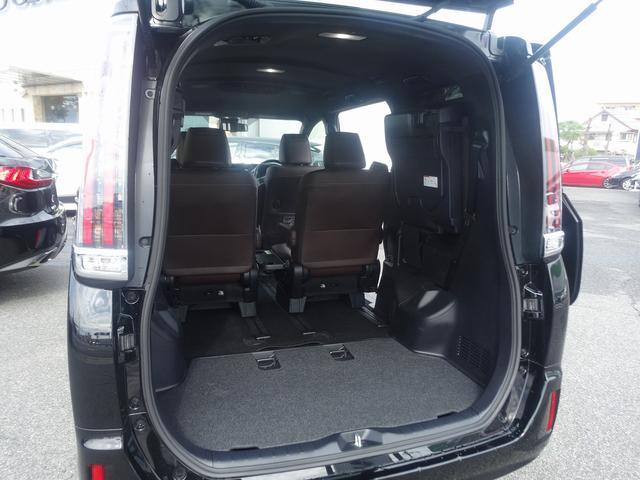 サードシートを跳ね上げれば大きな荷物も積載可能です。