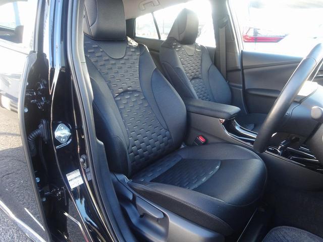 後部座席中央にはアームレスト カップホルダーが有ります。