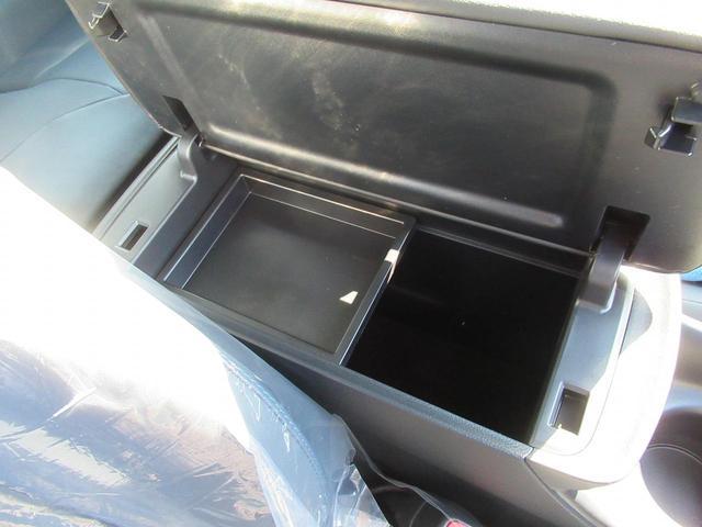 アームレスト付きコンソールボックスが装備されています。