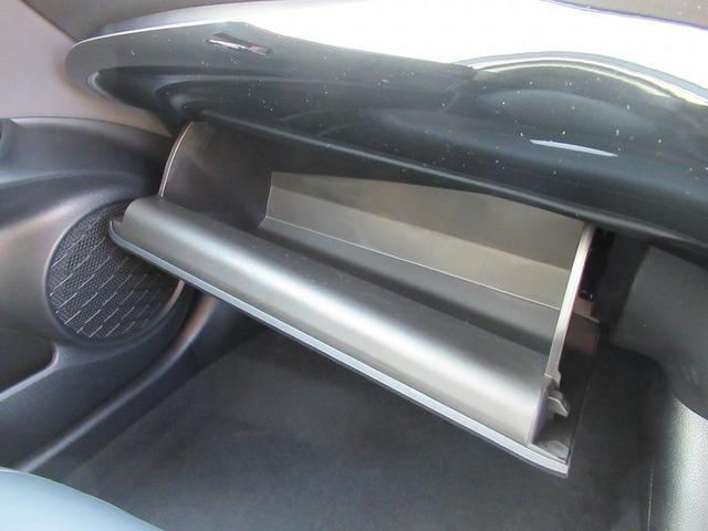 助手席前グローボックスには小物等収納可能です。