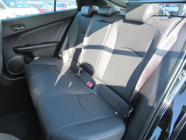 後部座席の中央にはカップホルダー付きアームレストがあります。