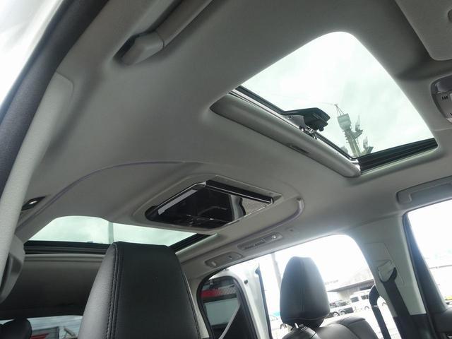 ウッドコンビハンドルにはレーダークルーズコントロール・クルーズコントロール・車線逸脱警報が装備されています。