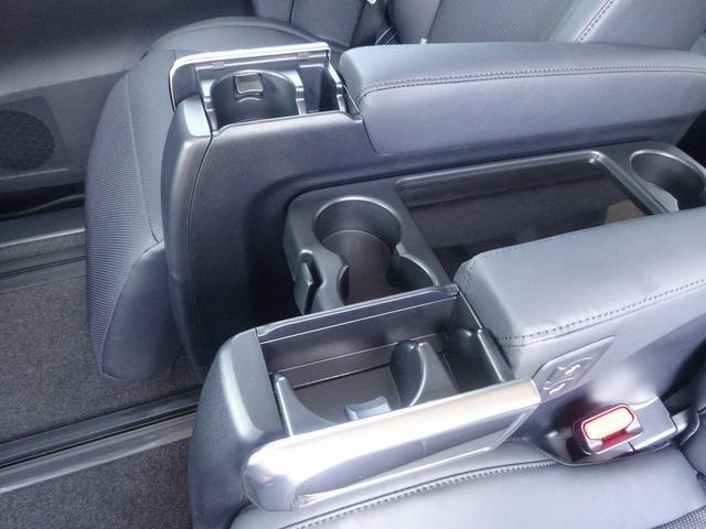 サードシート中央には大型アームレスト可倒式があります。