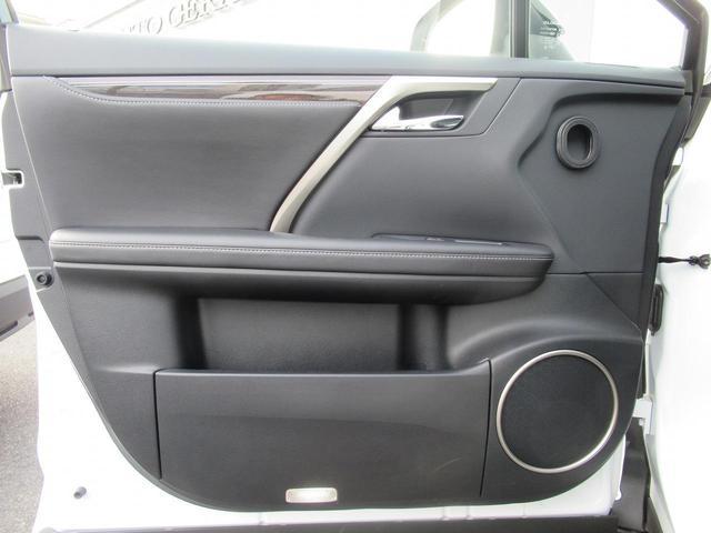 後部座席も電動シートになっています。