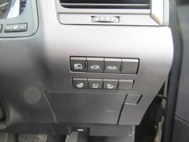 ヘッドアップディスプレイ オートハイビーム パワーバックドア ステアリングヒーターの装備です。
