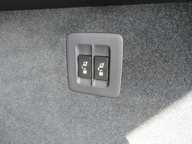 トランクから後部座席を倒す事ができます。