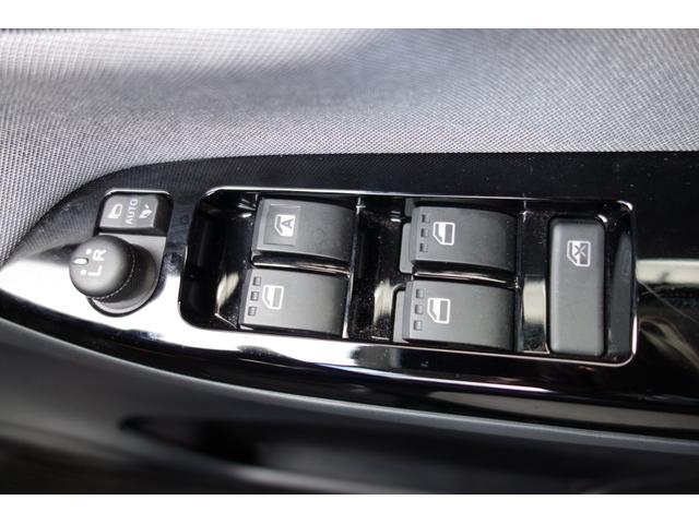 電動格納ミラーはボタンひとつでミラーが折りたためます。狭い駐車場などで、周りにぶつかる心配が減るうれしい装備です♪