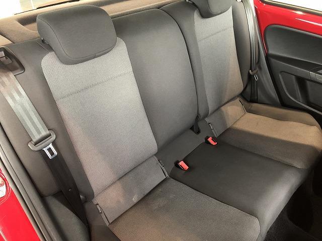 後席シートはコンパクトながら広々として快適な空間になっています。