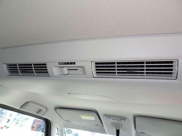 ◆リヤシーリングファン◆ルーフに取り付けたファンで風を後席にも送風!空気を効率的に循環させることで、室内空間の温度を均一に保ちます!エアコンを使わない時でも、送風することで後席でも心地よく過ごせます!