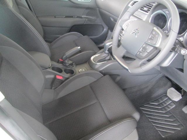 硬すぎず、柔らかすぎないフランス車独特のシート。外観からは、想像できない広さです。そして、上質でシックなシートやトリムにより、心地よいドライビングをお愉しみいただくことができます。