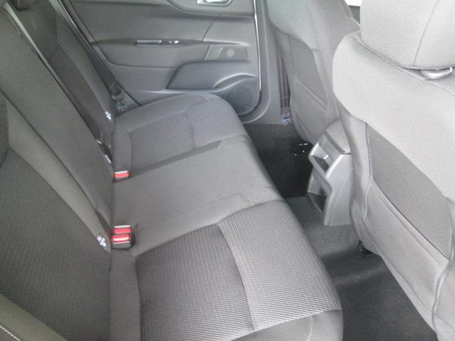 シンプルでありながら、不思議と以前から乗り慣れたような感覚を覚えるシトロエンのシート。ロングホイールベース、巧みなパッケージング、シートやドアのデザインで、後席の方も、伸び伸び乗っていただけます。