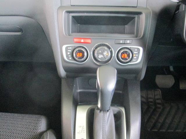 ドライバー席、助手席で、それぞれ0.5度ごとに温度設定が可能なオートエアコン。室内への花粉やホコリの侵入をカットするフィルターも備えています。そして、6スピーカーAM/FMチューナー付CDプレーヤー。