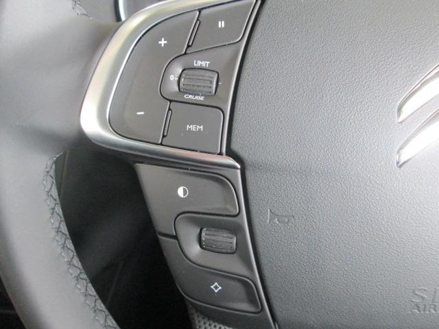 ステアリング左側には、クルーズコントロールシステムなどのスイッチ、右側には、オーディオ類のスイッチがつきます。ドライビング中に必要な操作を最小限の動きで行うことが可能で、安全運転につながります。