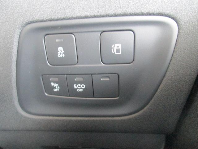 ステアリング右下に位置する、スタート&ストップ機能、バックソナー、ESC(エレクトロニックスタビリティーコントロール)などのスイッチ類。そして、給油口のスイッチ。すぐ手のとどく位置に配備されてます。