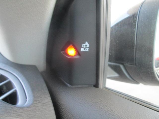 斜め後方より接近する車両やバイクがいると、リアバンパーの高性能ミリ波レーダーにより、ドアミラー内側のランプで知らせてくれるBLIS機能を装備しております。とても便利で事故防止に役立ちます。