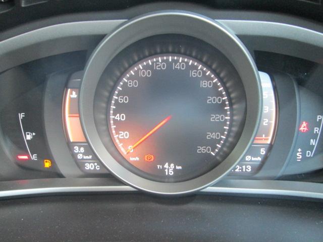 「エレガンス」「エコ」「パフォーマンス」の3種類のテーマが選択できるデジタル液晶メーターパネル。 瞬間燃費・平均燃費・平均時速・走行可能距離など様々なインフォメーションもここに表示されます。