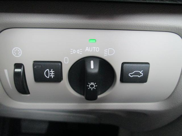 アクティブハイビーム機能。カメラセンサーで、対向車のヘッドライトや前方の車のテールライトを検知して、自動的にロービームに切り替えます。センサーがライトを検知しなくなると1秒後にハイビームにもどります。