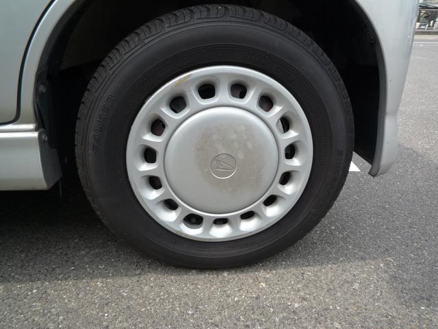 タイヤの溝もしっかり残っております。亀裂ひび割れ等もございません。