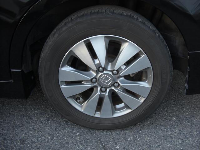 タイヤの山もまだまだ大丈夫ですよ! 純正ホイルですが、スタイリッシュなデザインになってます♪
