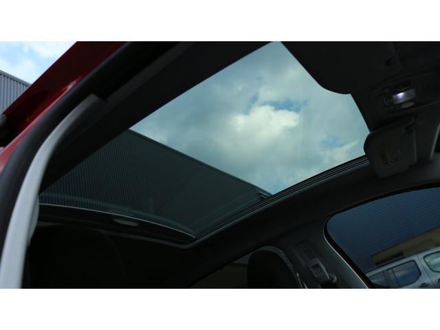 パノラミックガラスルーフ付き!!開放的な車内になっております。