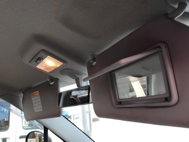 喫煙車ですと天井がどうしても黄色く変色していきます。車を購入する際のチェックポイントの1つです。