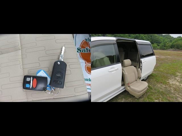 左側のシートがこの写真のように降りてきます。シート自体にボタンがありそこで操作も出来ますし、リモコンキーでもシートの上降が出来ます。車椅子ごと乗れるタイプではありません。車が大きく7人乗りです。
